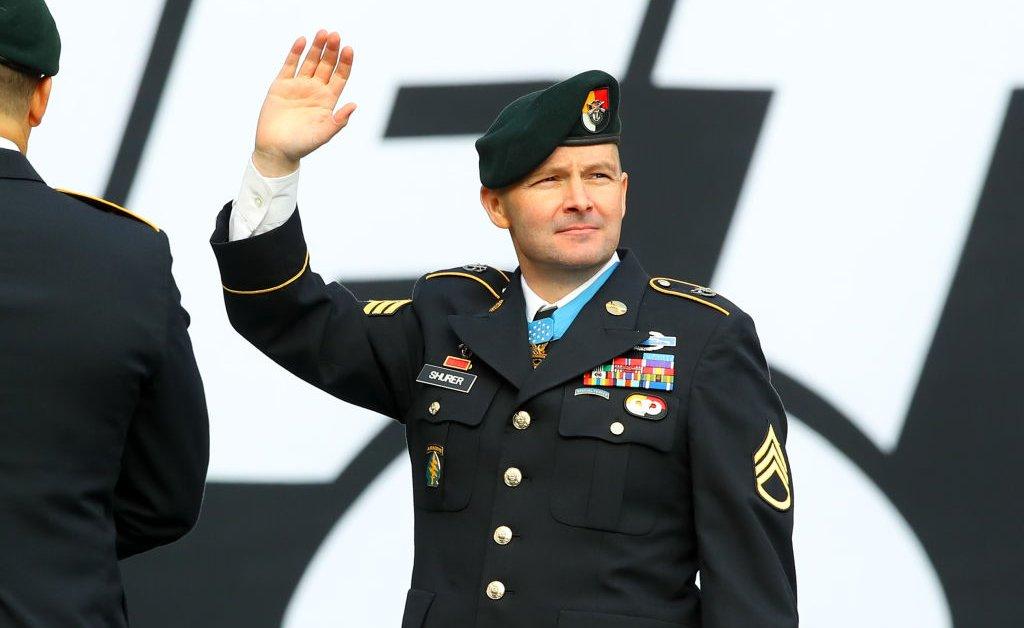 Почетная медаль получателя, который спас жизни во время засады в Афганистане, умер от рака, 41 год thumbnail