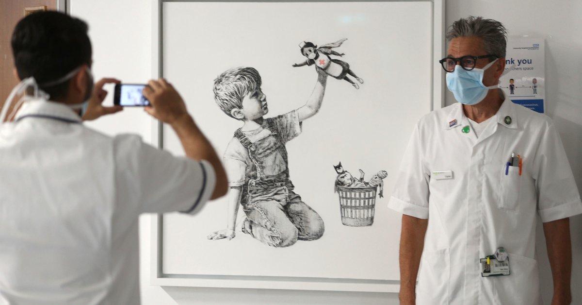 Новые работы Бэнкси, представленные в больнице Великобритании, отдают дань памяти работникам здравоохранения thumbnail