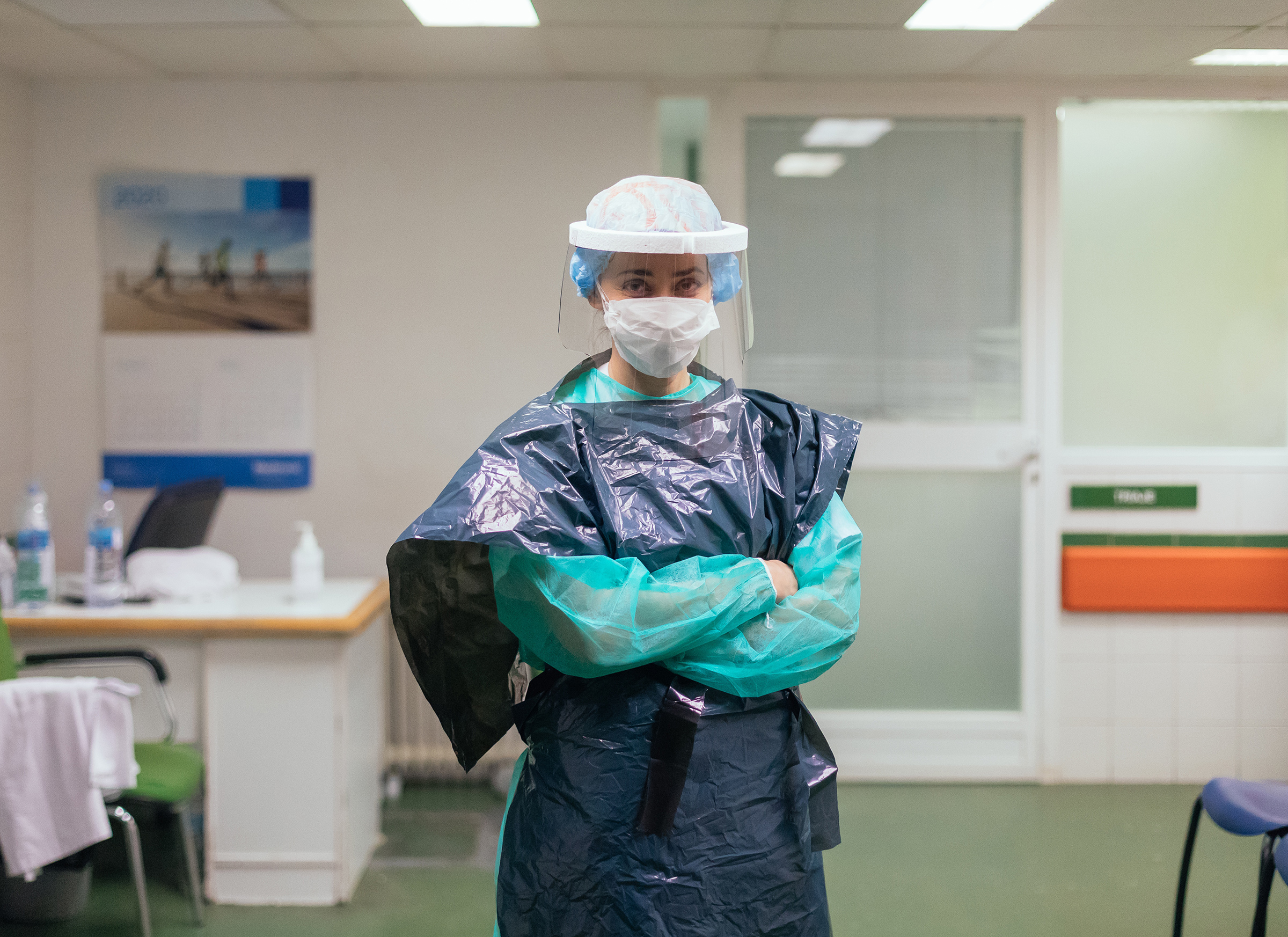 A Spanish emergency nurse, like many others around the world, has to rely on inadequate gear for protection