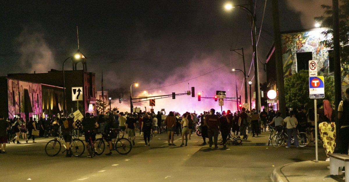 Брат Джорджа Флойда призывает к миру после насильственных протестов в Миннеаполисе. Вот что нужно знать thumbnail