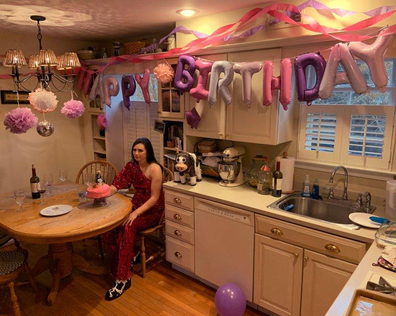 Брук Ярсинский, выпускник Дрексельского университета 2020 года, празднует свой день рождения на кухне своей семьи в Марлтоне, Нью-Джерси