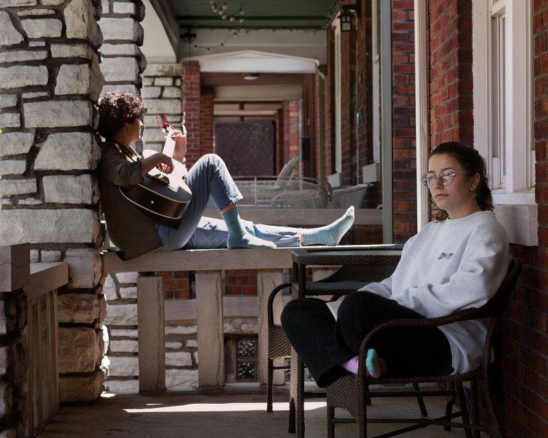 Сестры Камилла Наппа, Университет Дрексел, 2020 г., и София Наппа, Нью-Йорк, 2022 г., изолировались в доме своего отца в Сент-Луисе.