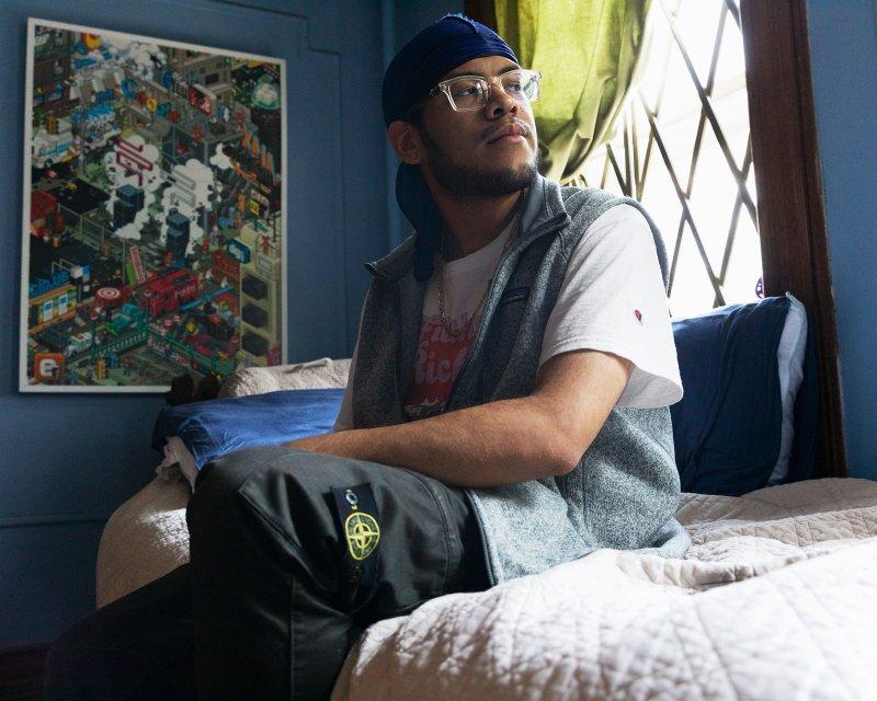 Джошуа Маккоу, класс университета Дрексел 2020, в своей детской спальне в Бруклине