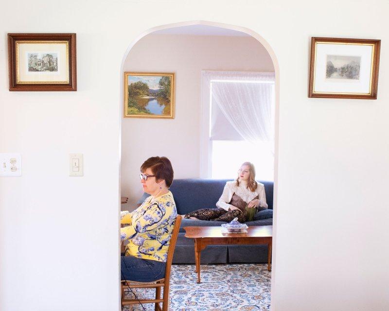 Сара Прюитт, класс университета Дрексел 2020 года, дома со своей мамой в Колчестере, штат Коннектикут.