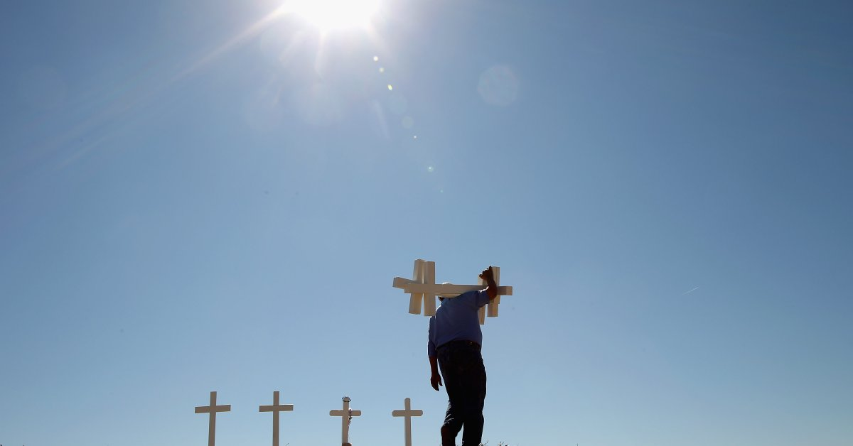 Грег Занис, человек из Иллинойса, сделавший тысячи крестов для массовых расстрелов, умер в возрасте 69 лет thumbnail