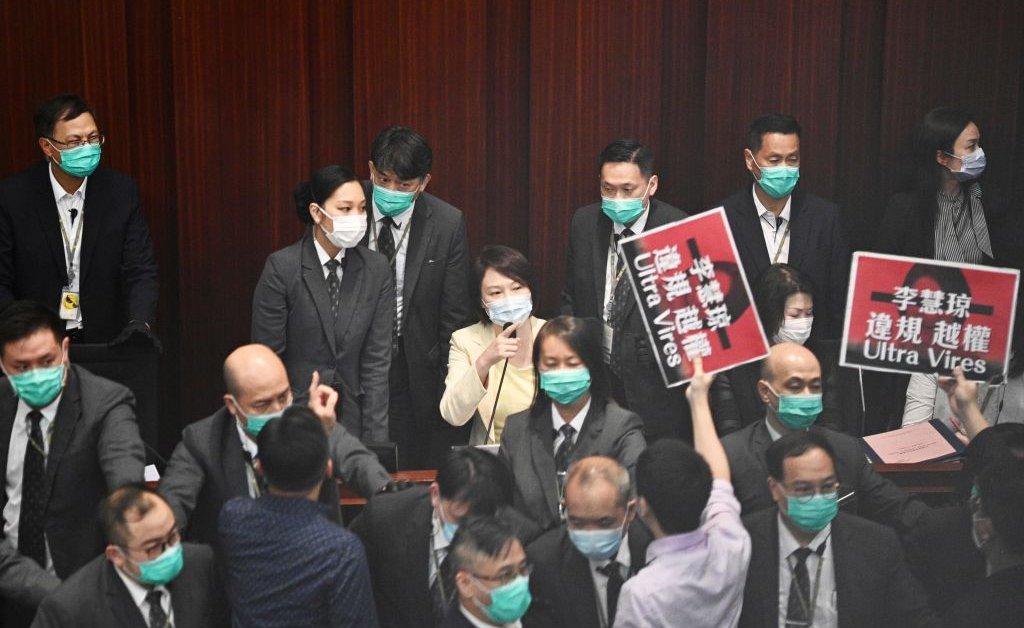 Законодатели Гонконга ведут физическую борьбу за контроль над председателем ключевого комитета thumbnail