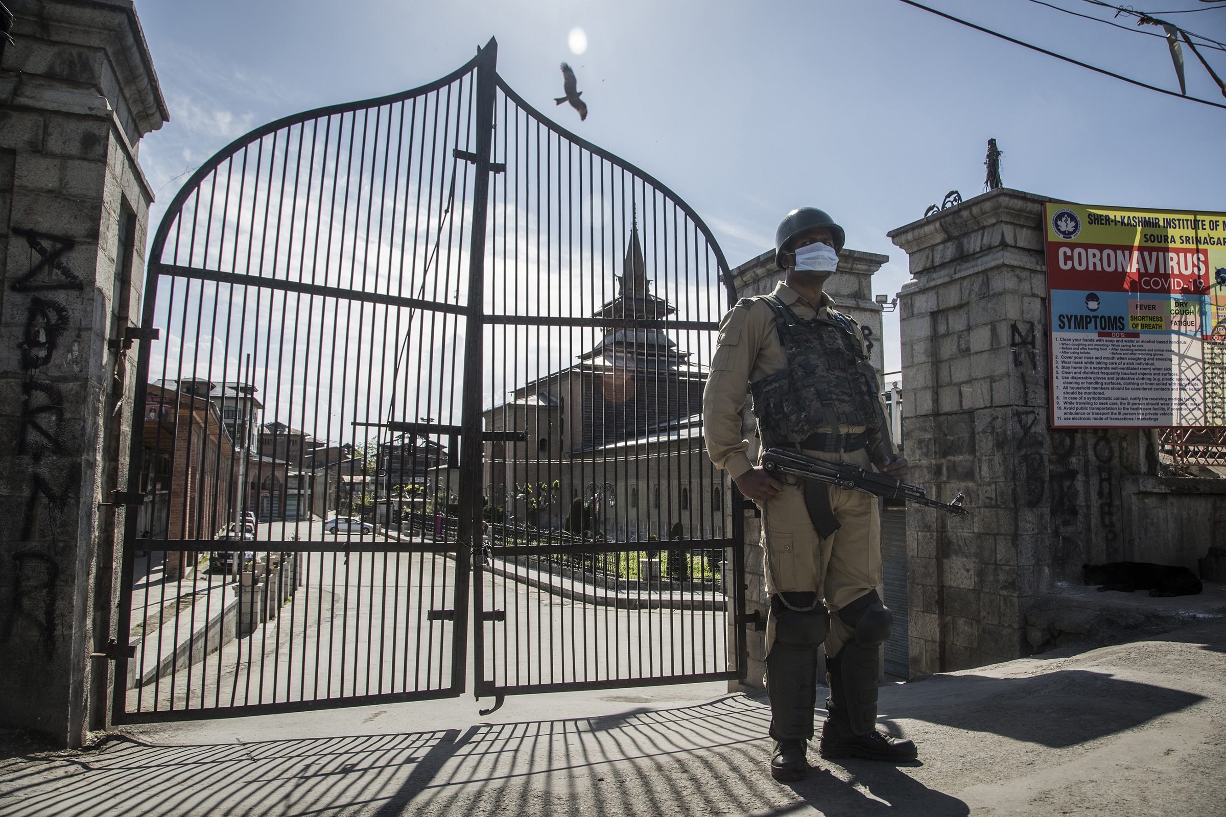 An Indian paramilitary soldier stands guard outside a deserted grand mosque Jamia Masjid, during the coronavirus (COVID-19) lockdown on April 24, 2020 in Srinagar, Kashmir.