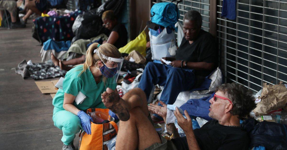 Смотрите, как работник горячей линии в Майами обсуждает, как наиболее уязвимые жители города справляются с ситуацией во время COVID-19 thumbnail