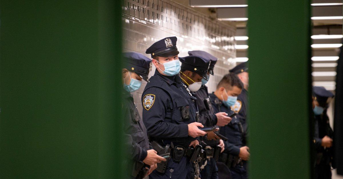 «Мы не можем контролировать наш выход из пандемии». Эксперты из Полицейского союза заявляют, что полиция Нью-Йорка не должна применять правила социальной дистанции на фоне COVID-19 thumbnail