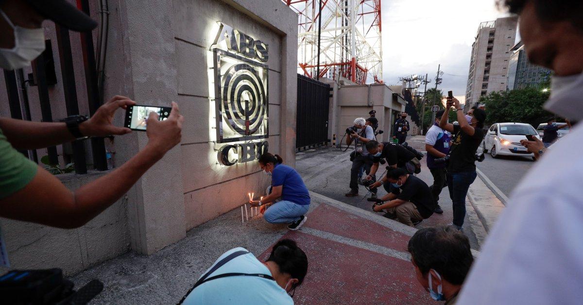 Watchdog называет закрытие крупнейшей вещательной компании Филиппин «возмутительной атакой» на свободу СМИ thumbnail