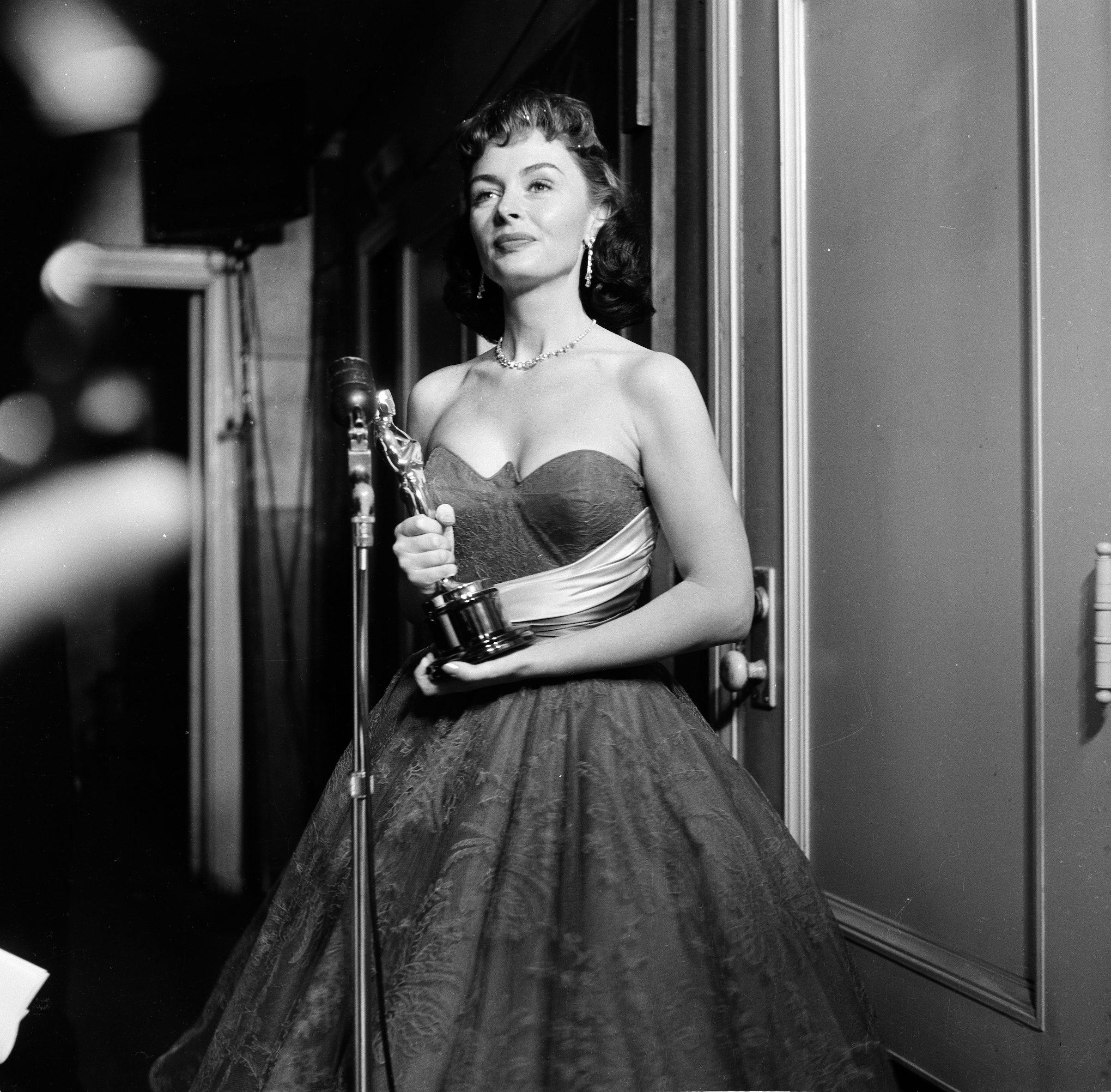 Donna Reed poses with her Academy Award for Best Supporting Actress in  From Here to Eternity  in Los Angele on March 25, 1954.