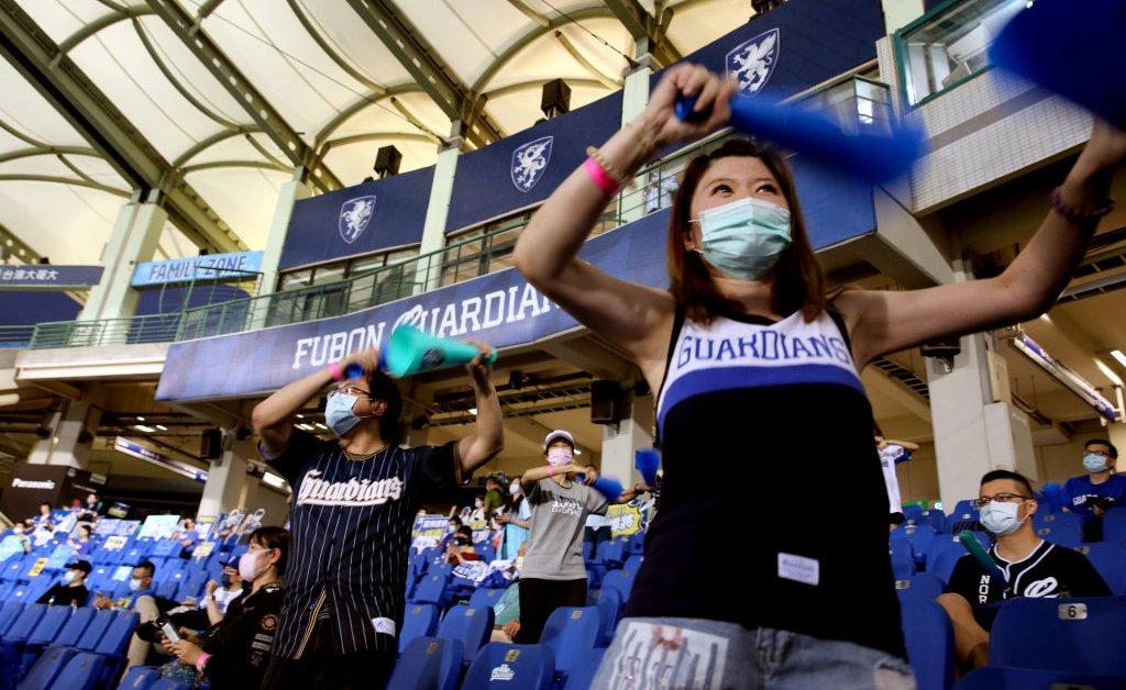 Тайваньские бейсболисты могут находиться на стадионе thumbnail