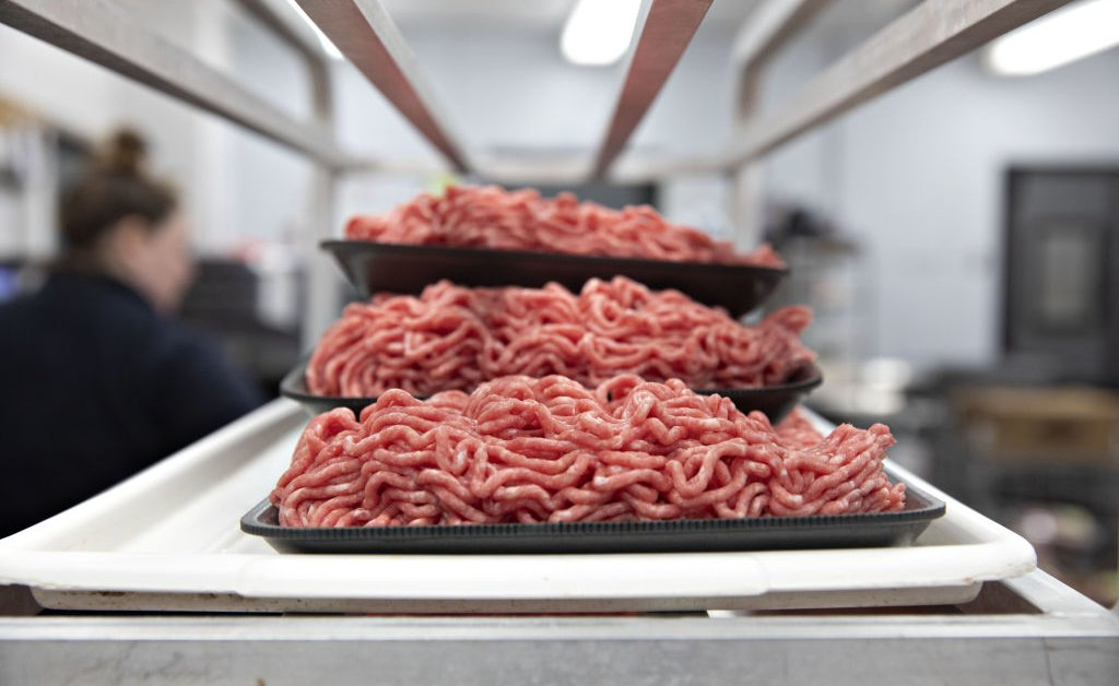 Тридцать рабочих и четыре инспектора Министерства сельского хозяйства США погибли на фоне вспышек коронавируса на мясокомбинате thumbnail