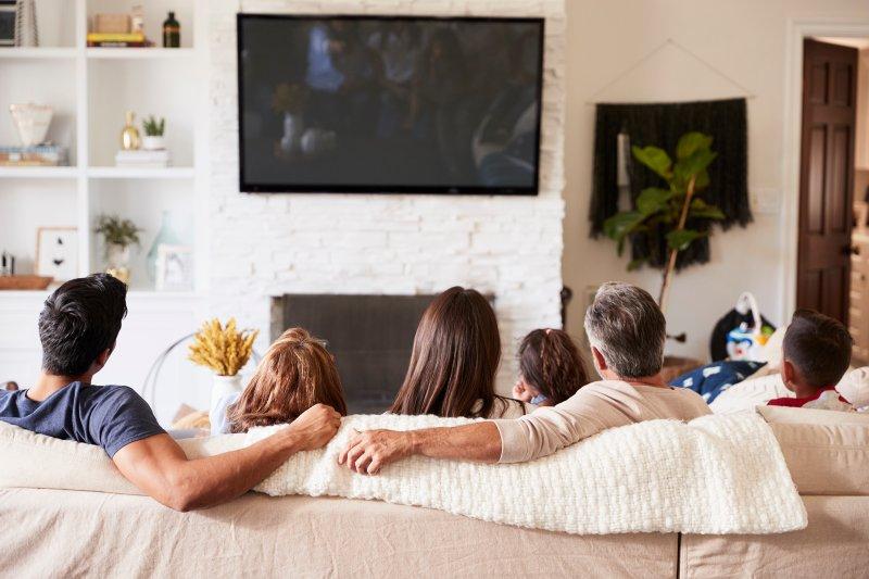 Maneiras de compartilhar sua TV ou computador com seus companheiros de quarentena sem estresse