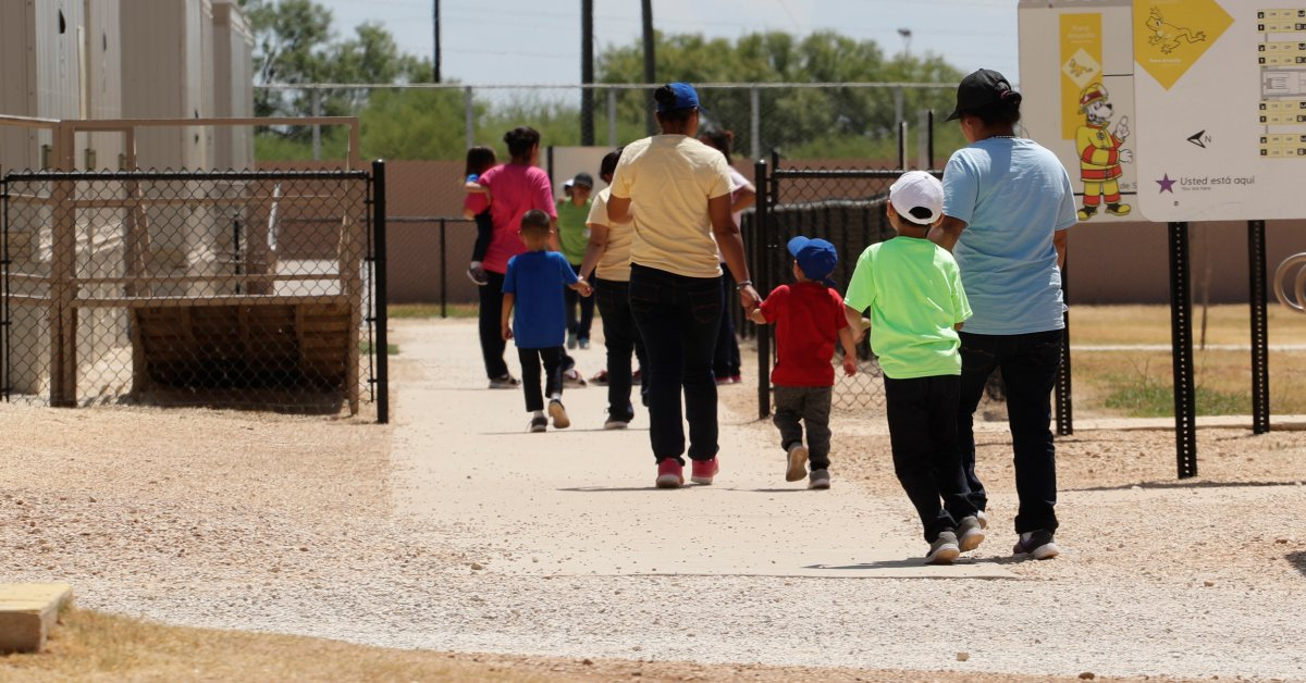 Судья: США должны освободить детей-мигрантов от семейного задержания thumbnail
