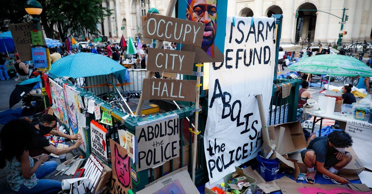 Протест Нью-Йорка «Оккупируй мэрию» требует сокращения бюджета для полиции Нью-Йорка thumbnail