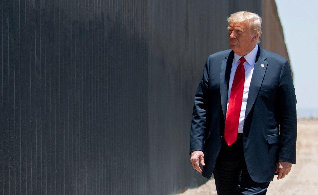 В то время как его спад чисел опроса, президент Трамп возвращается в Аризону и пограничную стену thumbnail
