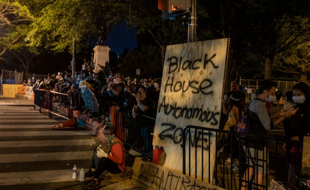 Через несколько недель после того, как полиция впервые очистила протестующих, президентское окружение вновь стало полем битвы в движении за расовое правосудие thumbnail