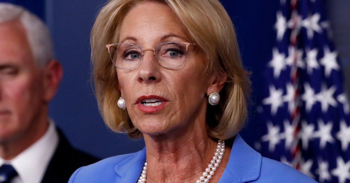 Бетси Девос направляет больше помощи коронавирусу в частные школы, поскольку она предупреждает о «надвигающемся кризисе» thumbnail