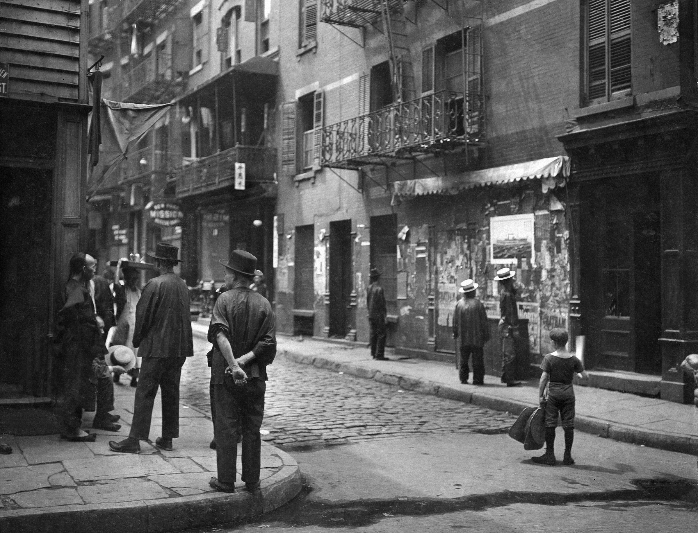 Street scene in Chinatown, New York, in 1909.