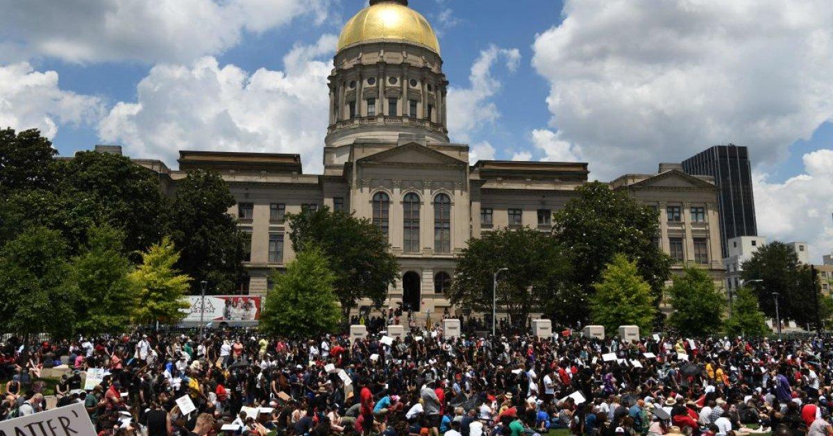Грузия одобрила закон о преступлениях на почве ненависти, но критики утверждают, что он может быть испорчен в ожидании законопроекта о защите полиции thumbnail