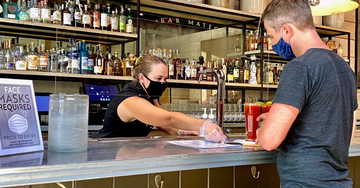 Поскольку бары Техаса и Флориды закрываются, бармены опасаются худшего thumbnail