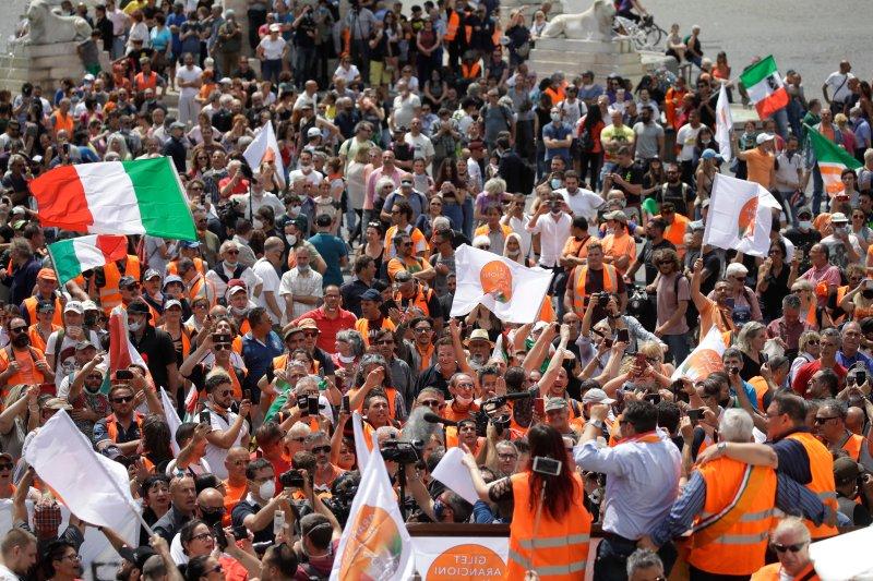 [Bild: italy-orange-vest-protest.jpg?w=800&quality=85]