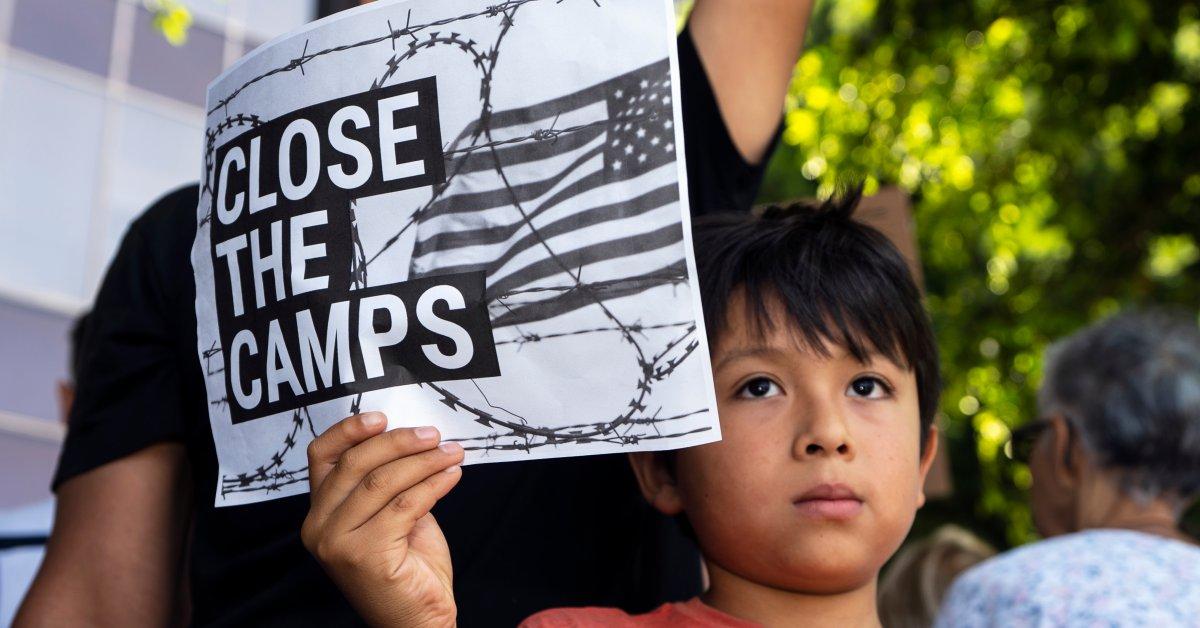 Судья: США должны освободить детей-мигрантов, задержанных с родителями thumbnail