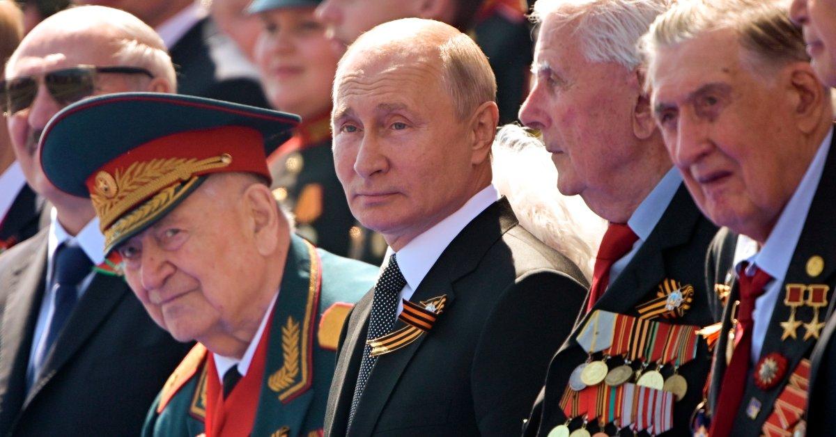 Россияне начинают голосовать за то, позволят ли Путину остаться у власти до 2036 года thumbnail