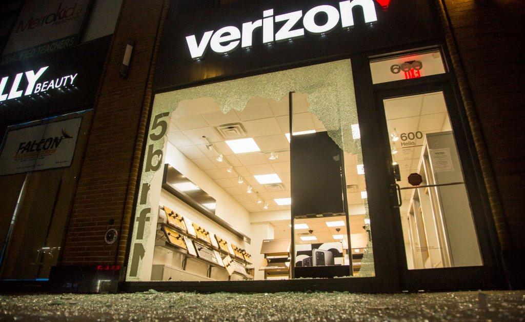 Verizon вытягивает рекламу Facebook и Instagram из-за ненавистнических высказываний и дезинформации thumbnail