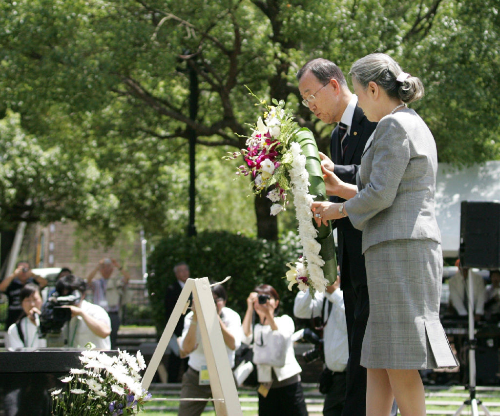 Ban Ki-moon (L) and his wife Yoo Soon-taek (R) lay a wreath at the monument of bombing centre in Peace Park in Nagasaki on Aug. 5, 2010, when Ban was United Nations Secretary-General