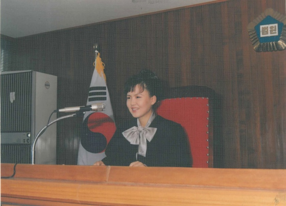 Lee working as a judge in the 90s in Seoul