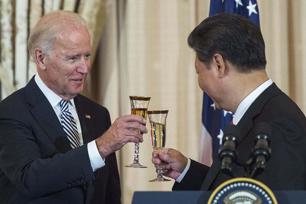 US Vice President Joe Biden and Chinese President Xi Jinping toast during a State Luncheon for China hosted by US Secretary of State John Kerry on September 25, 2015 at the Department of State in Washington, DC.
