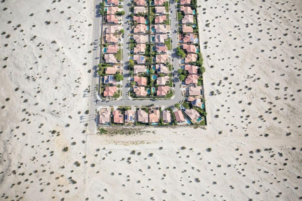 Una urbanización al borde del desierto baldío en Cathedral City, California, el 3 de abril de 2015 durante la severa sequía del estado.