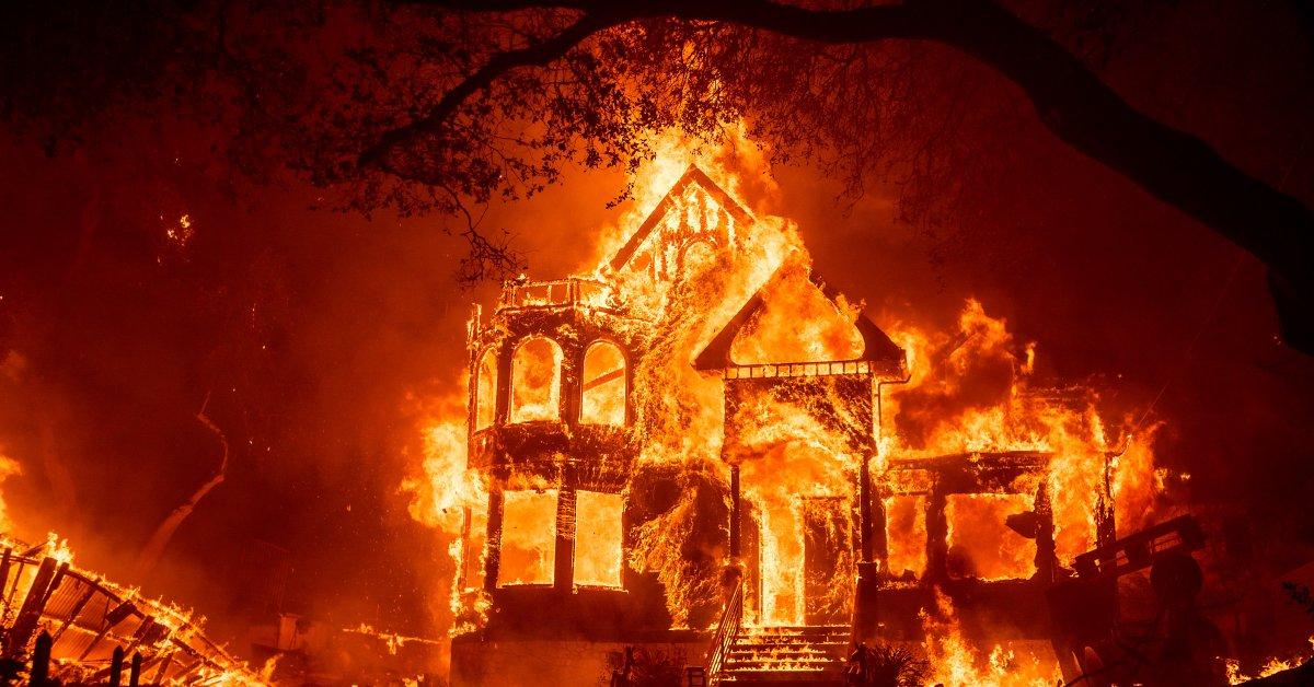3 человека погибли в Северной Калифорнии, когда лесные пожары вынудили тысячи людей эвакуироваться thumbnail