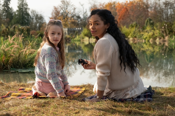 THE HAUNTING OF BLY MANOR (L to R) AMELIE SMITH as FLORA and TAHIRAH SHARIF as REBECCA JESSEL in THE HAUNTING OF BLY MANOR Cr. EIKE SCHROTER/NETFLIX © 2020
