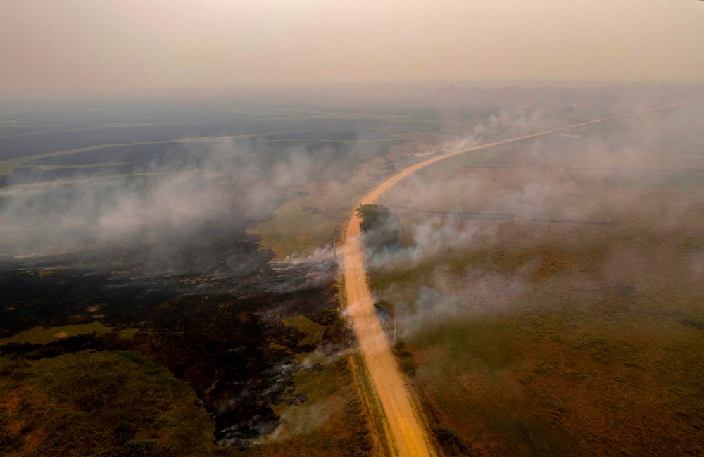 Ondas de fumaça saem de incêndios perto da estrada Transpantaneira em 14 de setembro.