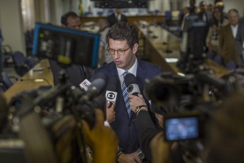 Ricardo Salles, ministro do meio ambiente do Brasil, fala a jornalistas em São Paulo em agosto de 2019. Ativistas dizem que Salles está trabalhando para apaziguar certos setores empresariais que formam uma parte crucial da base de apoio do Bolsonaro.