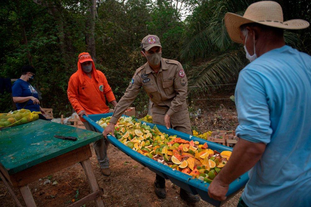 Os presos organizam comida para ser distribuída aos animais no dia 19 de setembro.