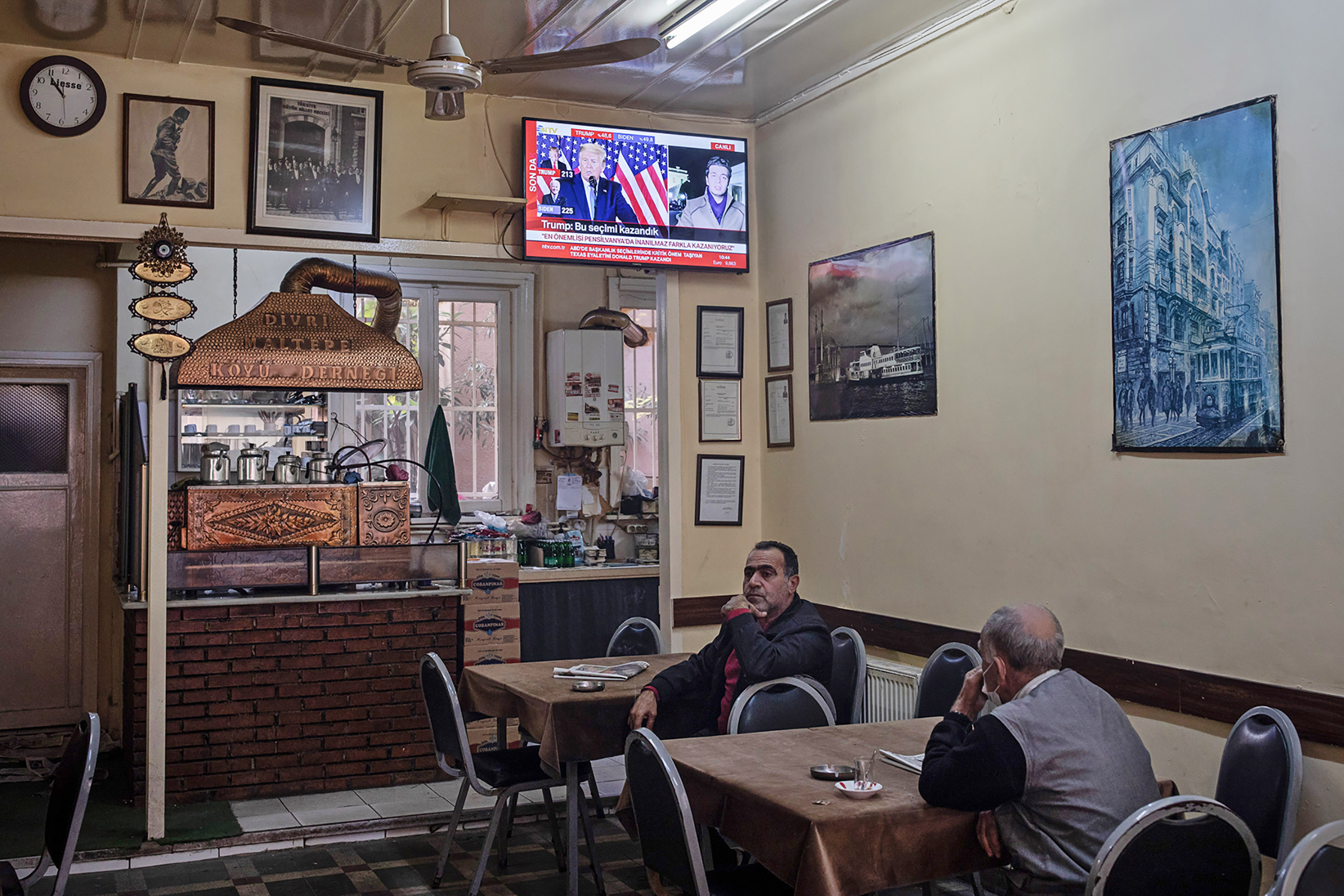 Tea drinkers in Istanbul watch one of President Trump's press conferences