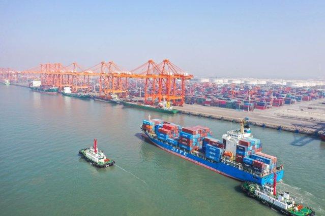 Foto aérea tirada em 14 de janeiro de 2021 mostra o terminal de contêineres do porto de Qinzhou, na região autônoma de Guangxi Zhuang, sul da China.  O Porto de Qinzhou viu sua movimentação de carga em 2020 chegar a 3,9504 milhões de TEUs (unidades equivalentes a vinte pés), crescendo 31% ano a ano.