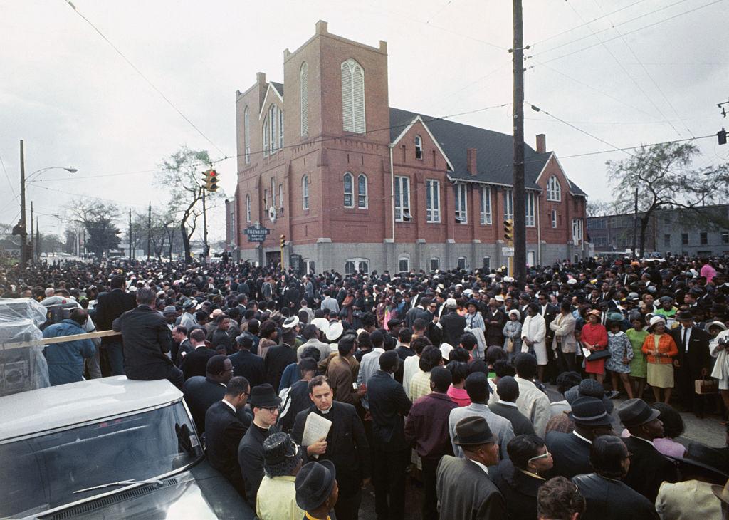 Duizenden begrafenismarsers verzameld buiten Ebenezer Baptist Church bereiden zich voor om vijf mijl te lopen naar Morehouse College waar een andere dienst voor de gedode Dr. Martin Luther King, Jr.,