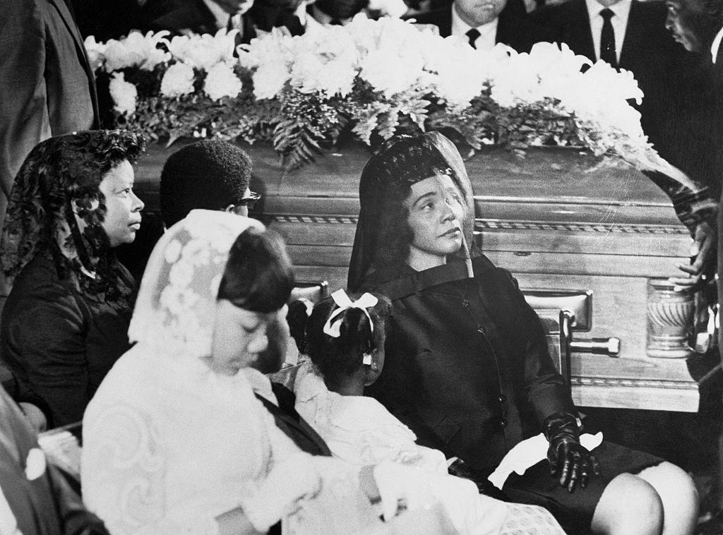 Coretta Scott King zit met dochters Yolanda en Bernice tijdens de besloten uitvaartdienst voor haar man, wijlen Martin Luther King Jr, in de Ebenezer Baptist Church op 9 april 1968.