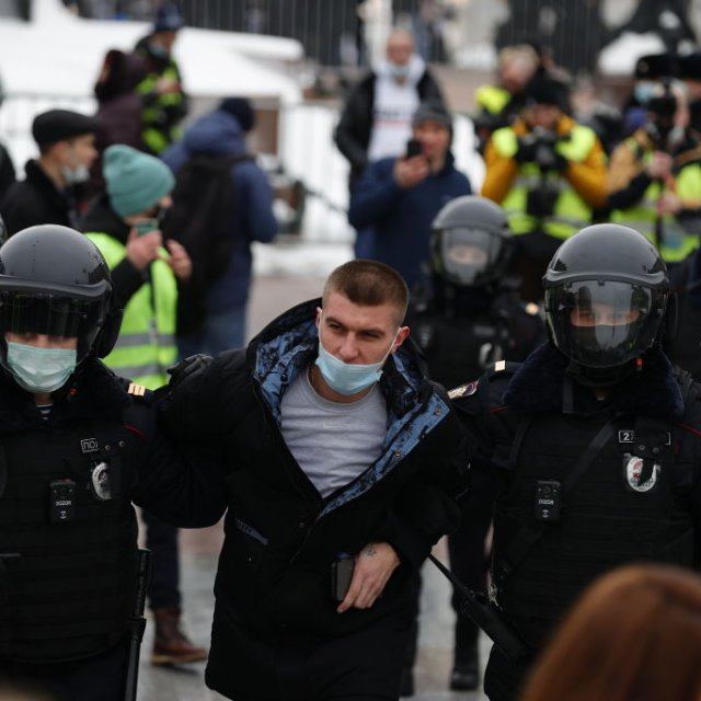 Russia Detains Hundreds in Pro-Navalny Protests