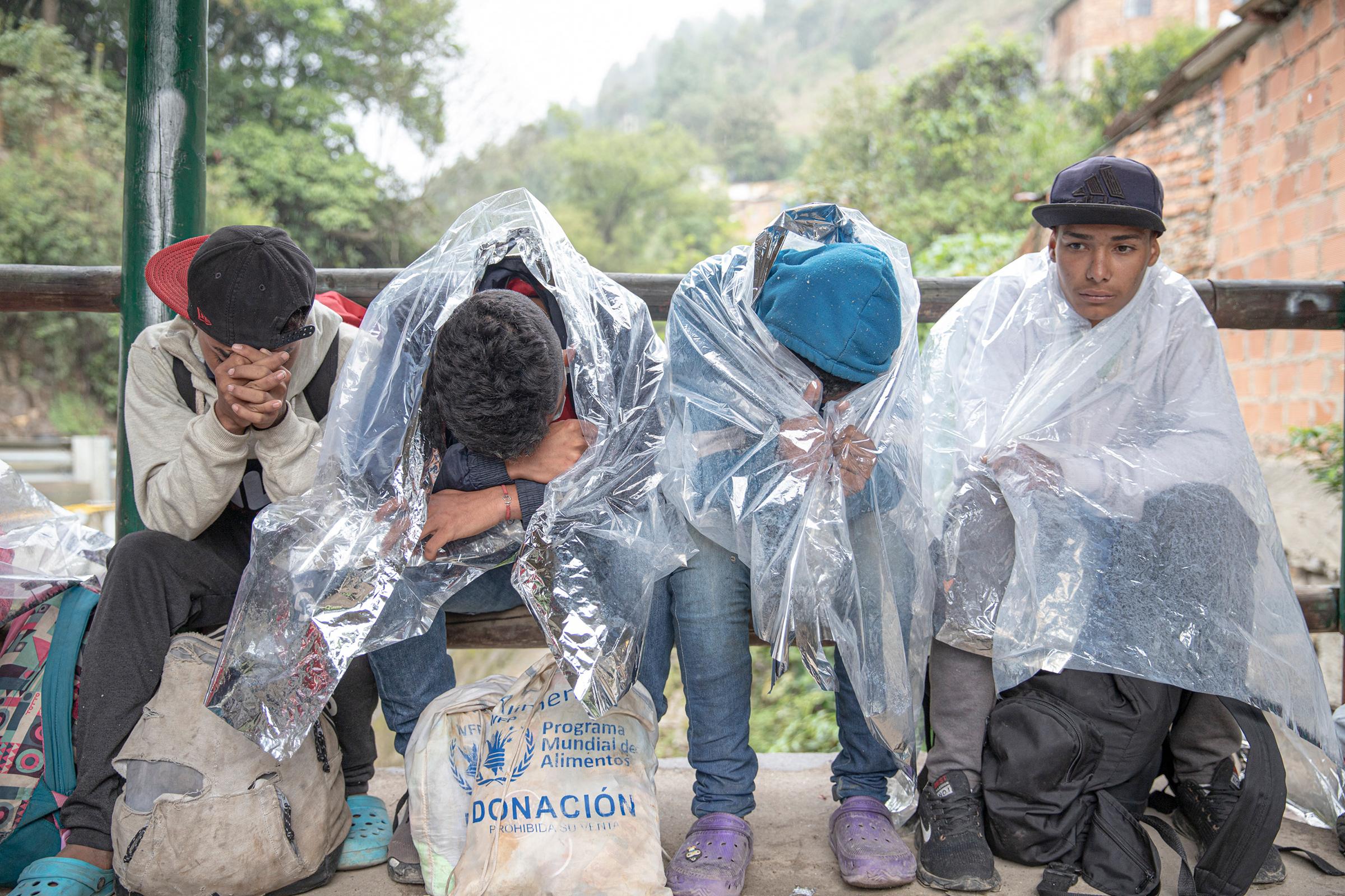 Jóvenes afuera de un albergue para migrantes en Pamplona, Colombia, en noviembre;  En ese momento, el acceso estaba restringido debido a COVID-19.