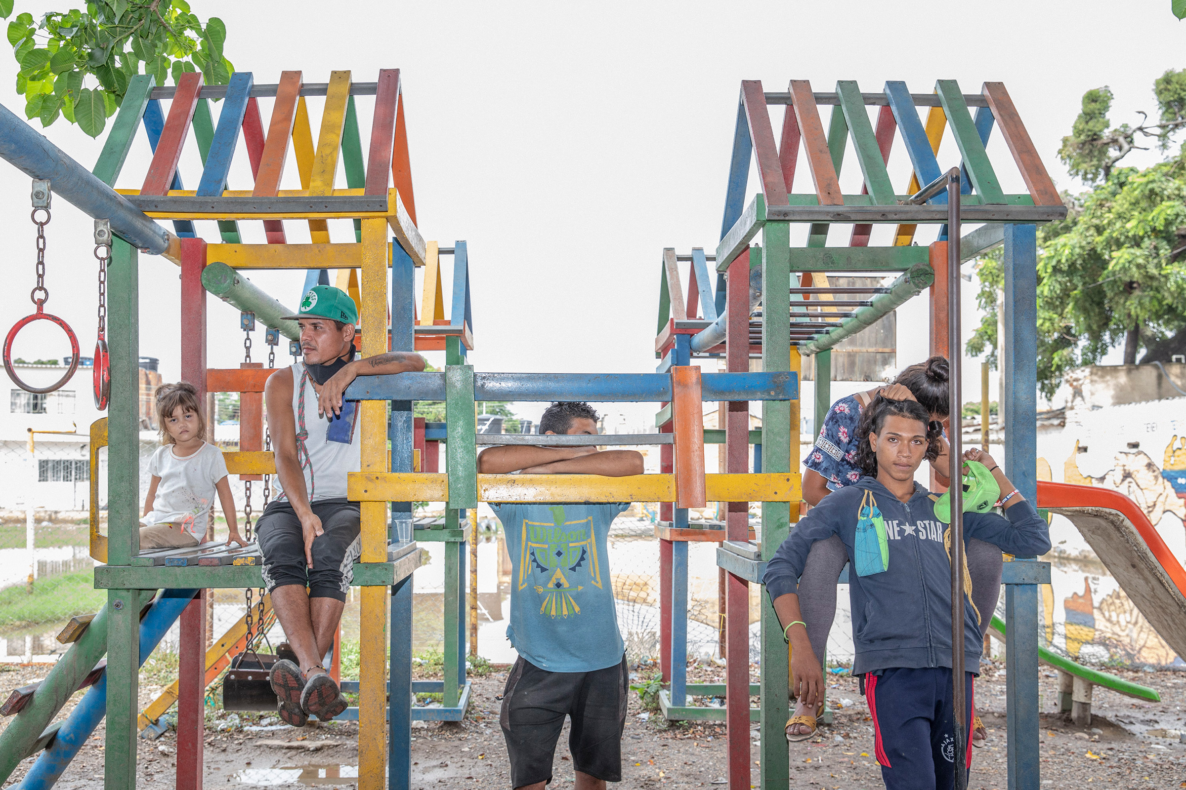 Un grupo de venezolanos en un parque infantil en un parque fronterizo.