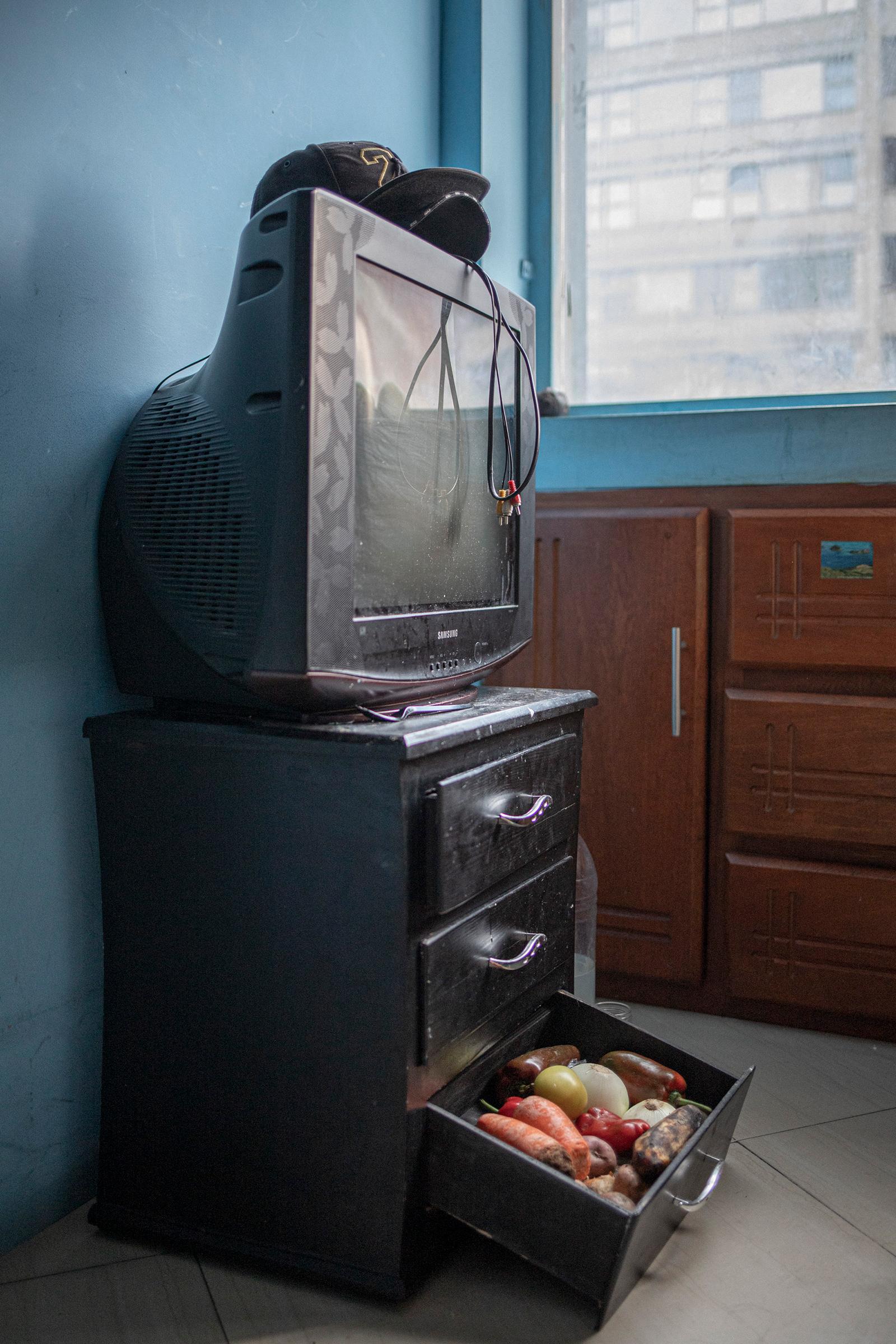 En un departamento sin refrigerador, el amigo de Sánchez, Ángel Correa, almacena comida donde puede.