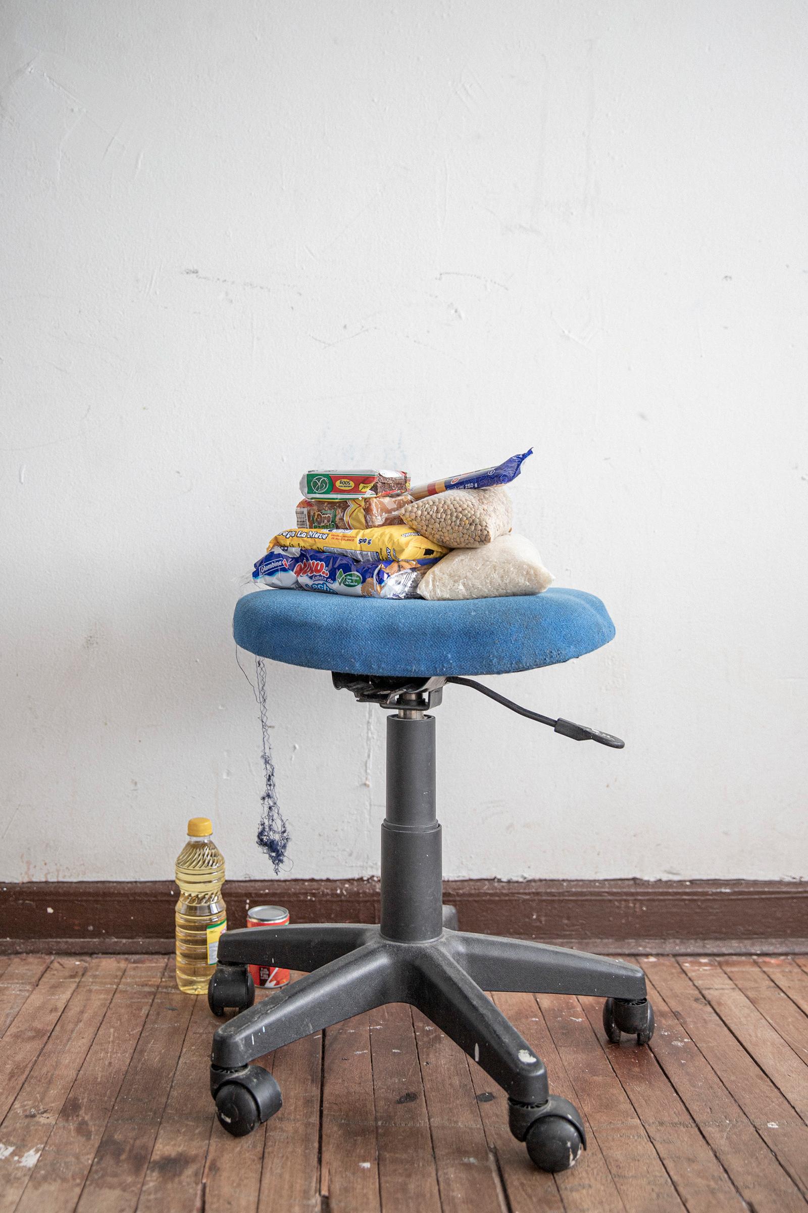 Comida de limosna dentro de la casa de Darío González.  Recibió una bolsa de ayuda de una fundación católica.