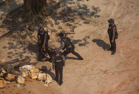 myanmar-riot-police