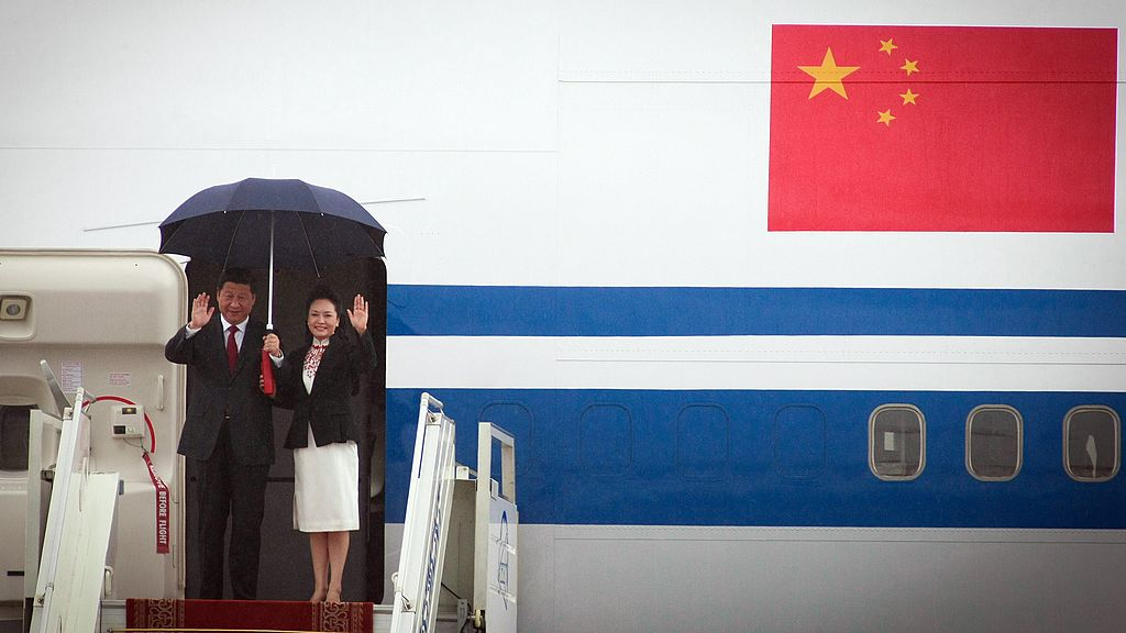Chinese president Xi Jinping (L) and his wife Peng Liyuan disembark from their aircraft upon arriving in Ulan Bator, Mogolia on August 21, 2014.